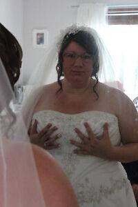 Robe de mariée grandeur 20- 22 ans avec lasset dans le dos. D'un