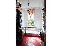 cosy single room for painter, illustrator, visual artist in colourful house in Dalston with garden