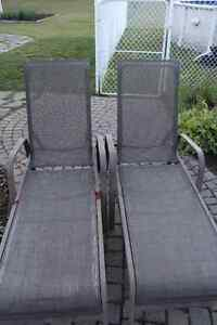 2 BEAUTIFUL SUMMER LONG CHAIRS. GOOD CONDITONS!!