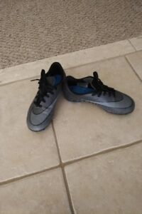 Like-new! NIKE Boy's Soccer Cleats, Youth Size 2