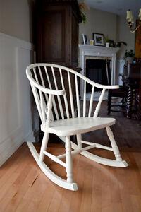 Magnifique chaise berçante Windsor blanche antique