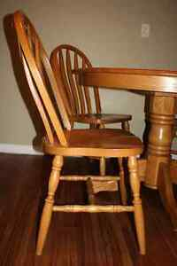 Solid Oak Table w/ 4 Chairs & 2 Leafs FOR SALE Kitchener / Waterloo Kitchener Area image 5