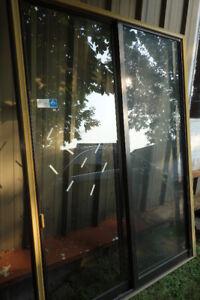 Porte fenêtre 5 pieds de largeur , verre simple. tout  en alumin