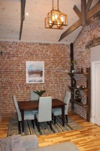 Furnished/Completely Renovated/Downtown/3 Bedroom Apt/Nov 1st