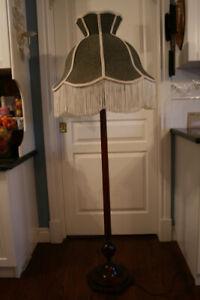 BEAUTIFUL ANTIQUE FLOOR LAMP
