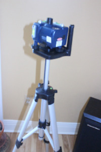 Niveau au laser rotatif sur trépied