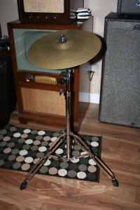 cymbal 15 inch (no name) great sound on new chrome cymbal stand