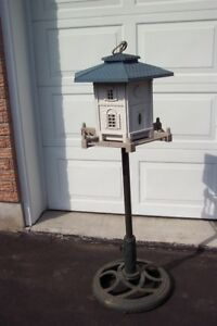 Pet Zone Colonial Bird Feeder with pole