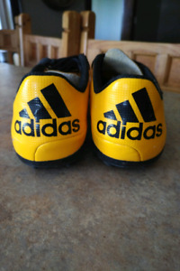 Girls ADIDAS soccer cleat - size 1
