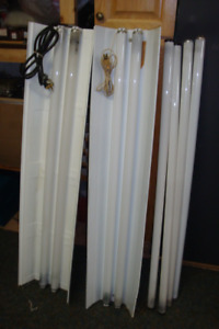 2 fixtures au néon de 4 pieds de long + 4 tubes spare