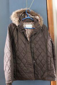 manteau brun court femme avec capuchon grandeur large ,mais es