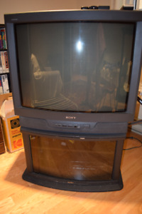 Color TV SONY TRINITRON 32'' with its original SONY stand