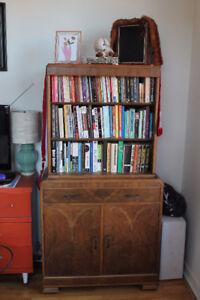 Beautiful Wood Hutch or Bookshelf / Belle Étagère en Bois