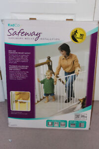 Brand new Kidway top of stairs hardware mount gate for sale!!!!!