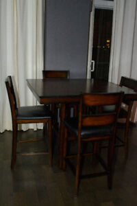 Counter Height Table and Chairs - Table hauteur comptoir