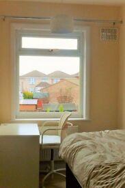 Uxbridge: Large double room in quiet residential area