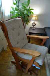 EXCELLENT Condition Swivel motion Rocking Chair