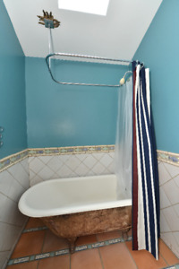 ANTIQUE CAST IRON CLAWFOOT BATHTUB WITH TAPS AND CURTAIN ROD
