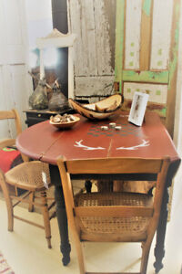 ANTIQUE DROP LEAF TABLE, ROUND, REFINISHED, WITH 2 CHAIRS