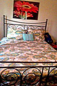 Yellow/blue queen sheets with two pillow cases