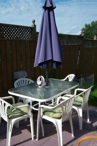 Patio Table with 5 chairs / Umbrella