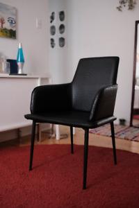Chaise en cuir noir style scandinave