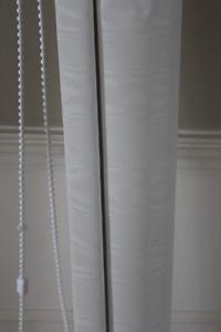 Toile de fenêtre blanche, opaque.