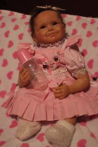 Tres beau petit bebe  avec linge et accessoire..