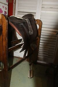 JORGE CANAVES ENGLISH SADDLE AND LEATHER GIRTH AND STIR