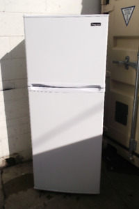 "24""APPARTMENT SIZE FRIDGE IN GREAT SHAPE"