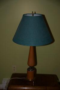Lampe avec abat-jour vert.