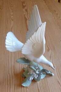 "Lladro Figurine: ""Turtle Dove"""