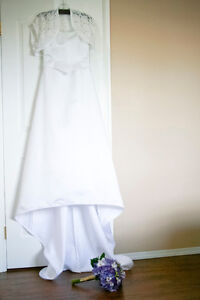 White wedding dress/chapel length train/unembellished w/ veil