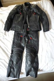 Triumph H2 Sport Full Leather Suit Waterproof Leathers Summer/Winter sz 42in chest, 32in waist