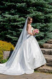 Designer Wedding dress like new matching veil included size 8/10
