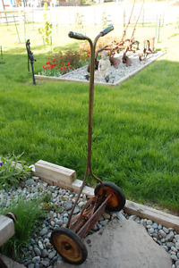 VINTAGE MANUAL HAND PUSH LAWNMOWER WORKING GREAT LAWN DECORATION