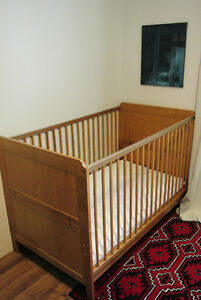 beautiful pine antique stain crib/toddler bed with mattress