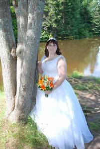REDUCED Size 18 Ball Gown Style Wedding dress 400.00 OBO