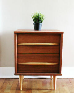 Retrospekt: Mid-Century Modern Walnut Night Table