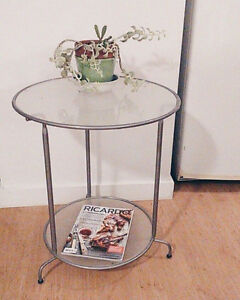 Simple modern side table / Table d'appoint, style moderne