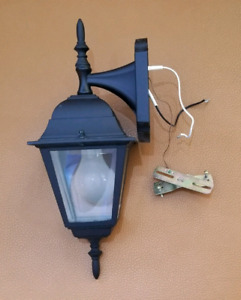 Almost new, 4 Hampton Bay, Reversible outdoor lantern with Bulbs
