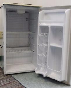 Danby Silhouette - compact refrigerator/ réfrigérateur compacte