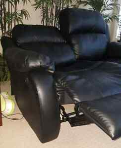 (MINT) Black Bonded Leather Recliner/Reclining Loveseat