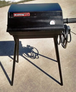 """""""BROIL- KING  """" CAST PROPANE BBQ, WITH REMOVABLE LEGS."""