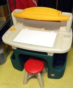 Pratique ce pupitre pour enfant au chalet, au sous-sol, etc.