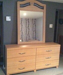 Bureau avec miroir et 1 table de nuit