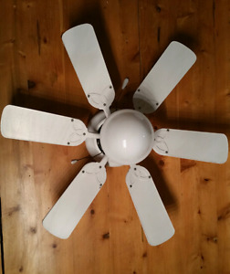White ceiling fan med size w/ light fixture