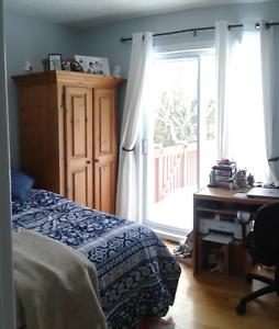 CHUS: Chambre à louer avec autres étudiantes dans une maison