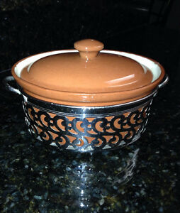 Wentworth Pottery Casserole with Stand Comox / Courtenay / Cumberland Comox Valley Area image 1