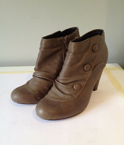 BEIGE-BROWN LEATHER HEEL BOOTIES w. BUTTON DETAIL